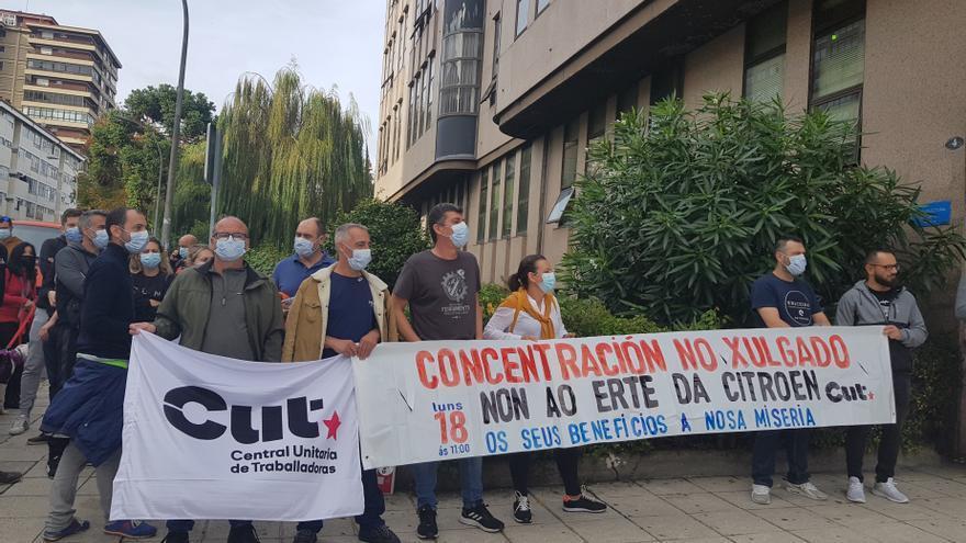 """Trabajadores se concentran en Vigo para denunciar la """"precariedad"""" que causa el ERTE en Stellantis"""
