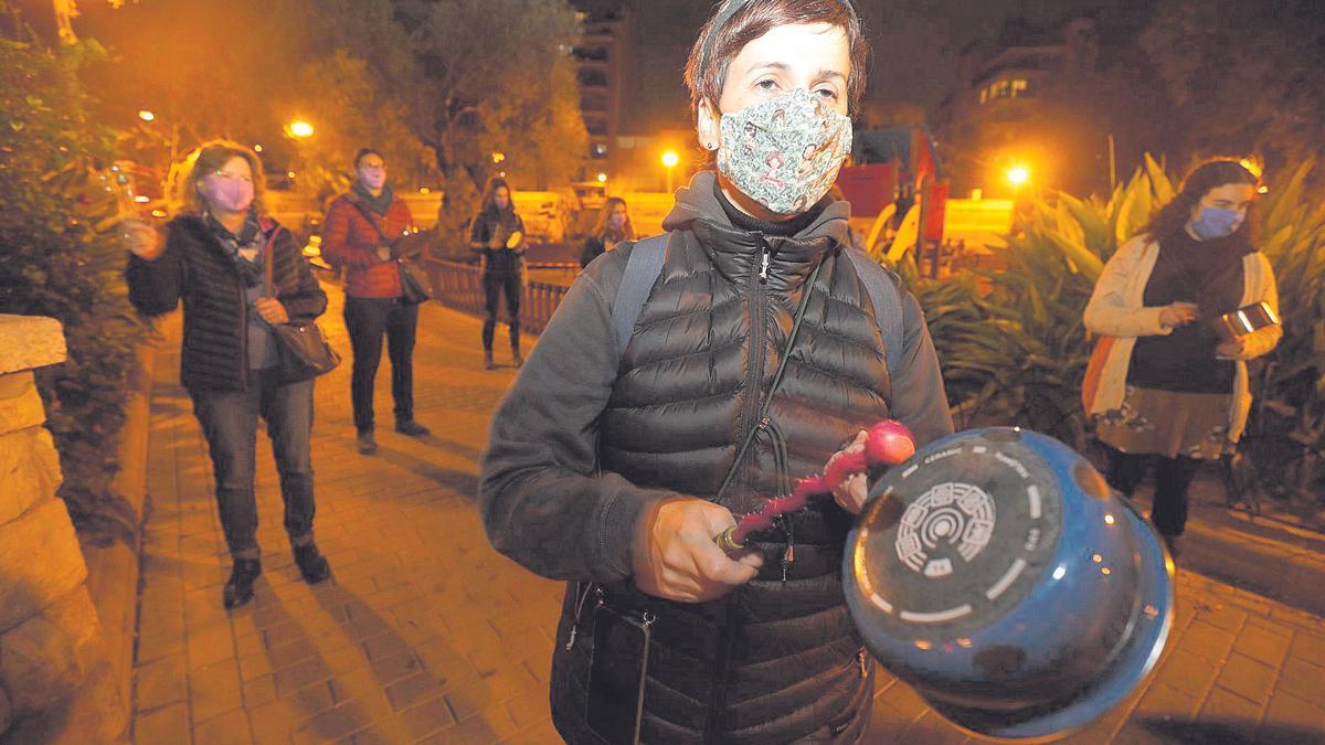 Un grupo de mujeres se manifestó ayer con una cacerolada en la plaza Fleming de Palma.