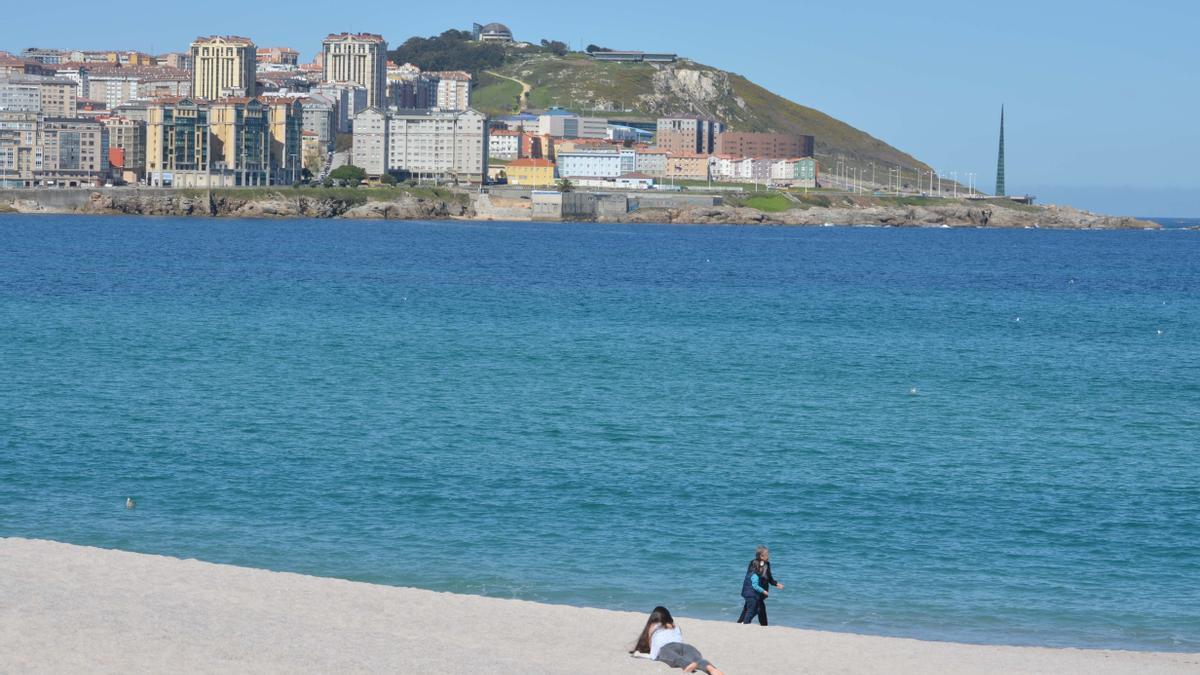 La playa coruñesa de Riazor, un día soleado.