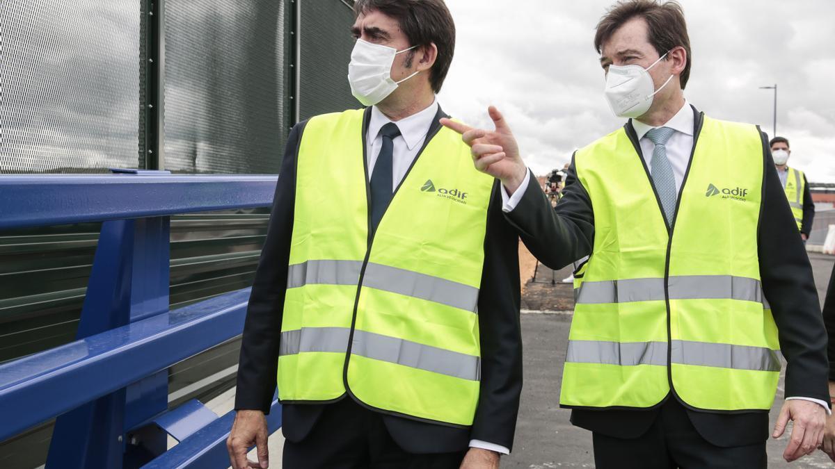 El consejero de Fomento y Medio Ambiente, Juan Carlos Suárez-Quiñones, a la izquierda, esta mañana en León