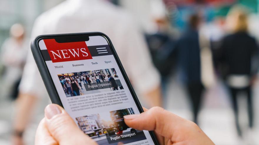 La mayoría de los ciudadanos se informa en medios digitales pero confía más en el papel