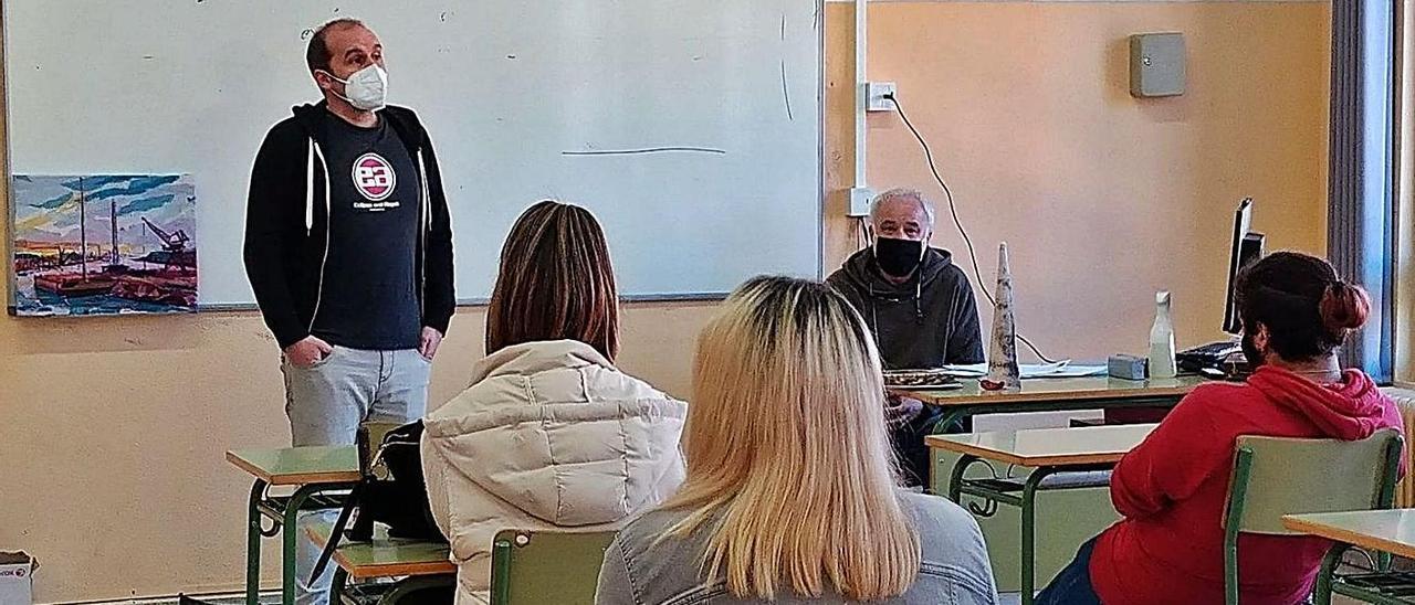 César Ripoll, de pie, presenta a Benjamín Menéndez, sentado al fondo a la derecha, ayer, en un aula del IES Menéndez Pidal.