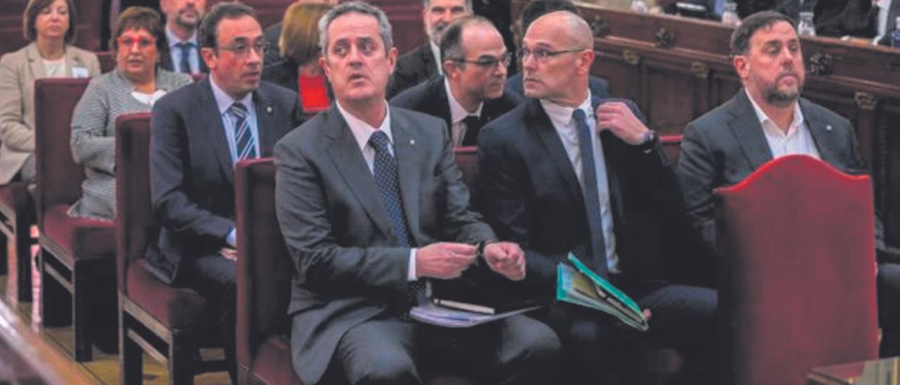 Los políticos catalanes indultados, sentados en el banquillo del juicio del procés.