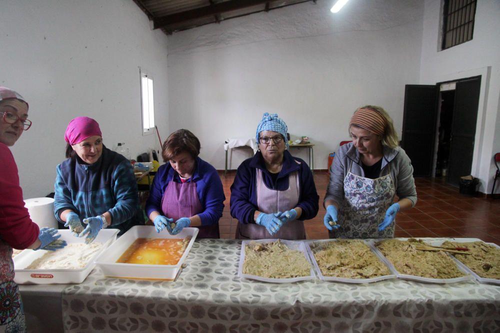 Voluntarias del pueblo de Totalán preparan ...