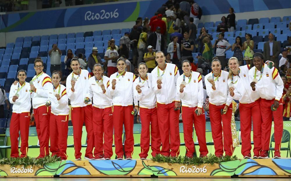 La selección femenina de baloncesto posa en el podio con su plata.