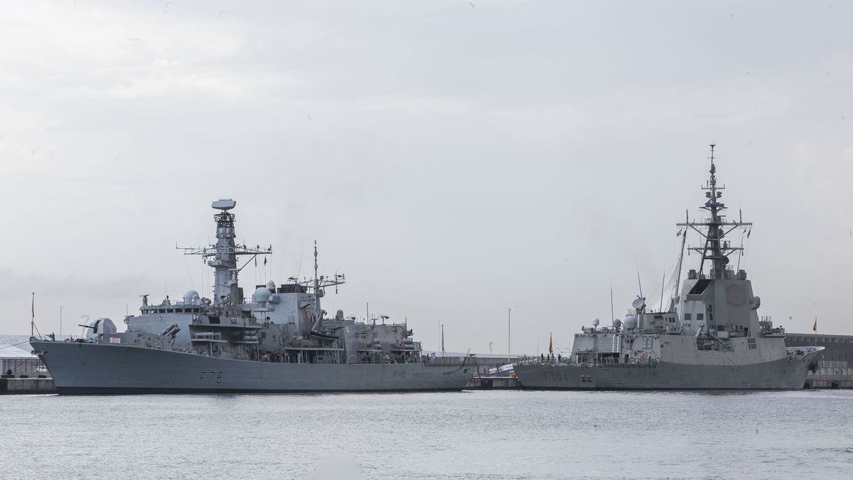 Las dos fragatas de la OTAN atracadas en el puerto de Alicante.