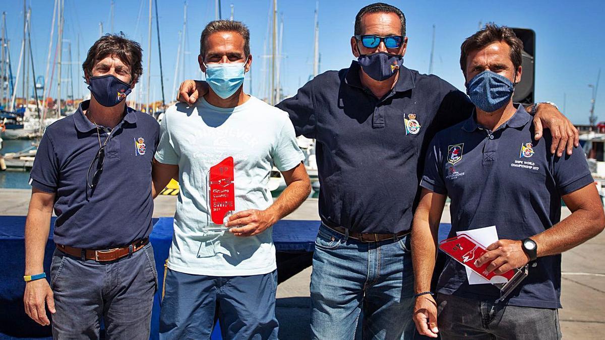 Los hermanos Del Castillo, con sus trofeos, junto a José Carlos Hernández y Fernando Juárez.     LP/DLP