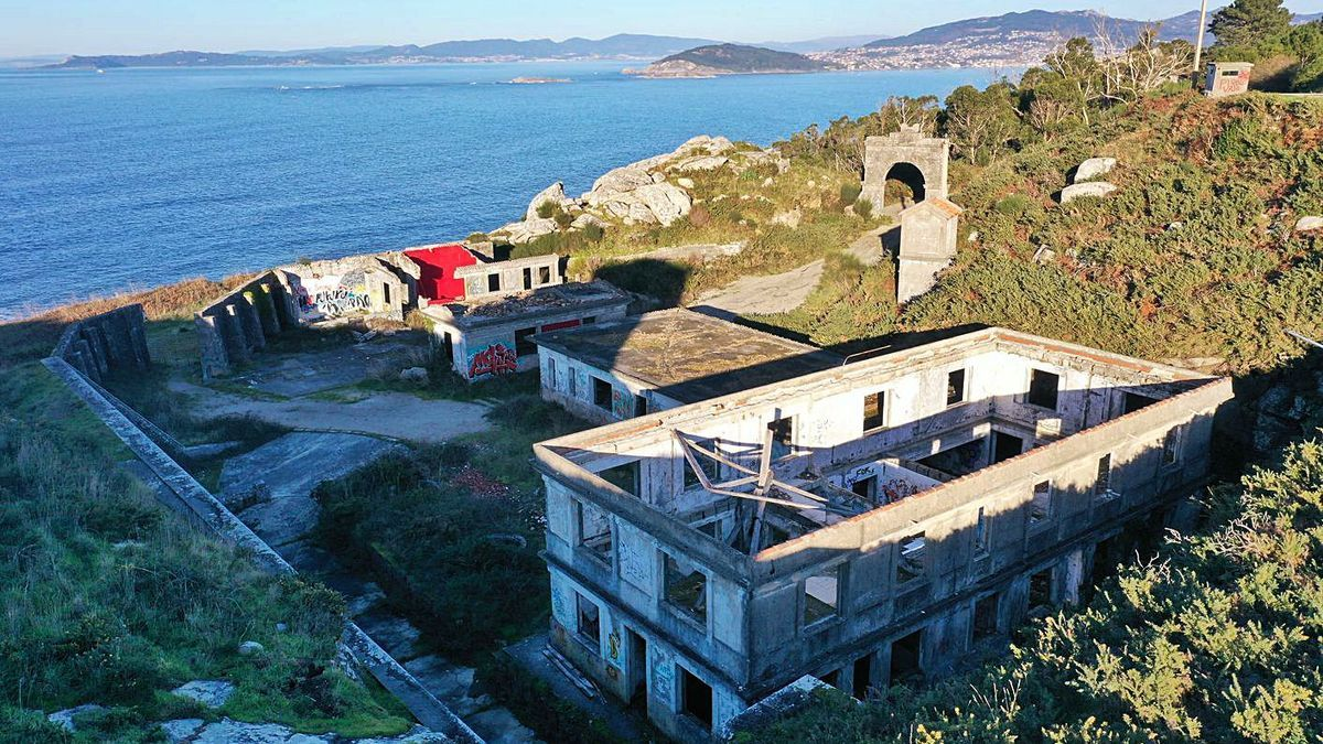 Vista aérea das antigas instalacións militares en Cabo Silleiro.     // R. GROBAS