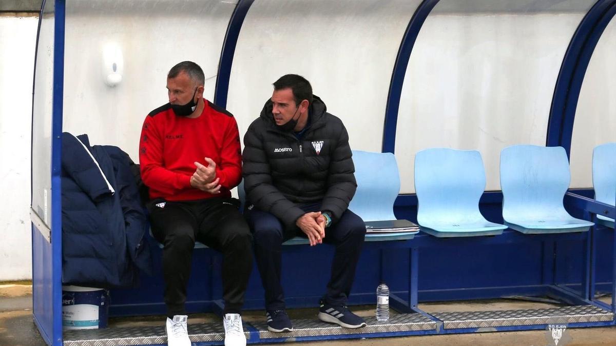 Javi Moreno, a la izquierda, junto a su segundo entrenador, José María García.