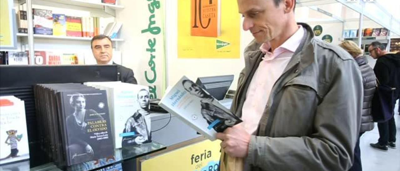 El ministro Pedro Duque visitando una edición anterior de la Feria del Libro de Alicante
