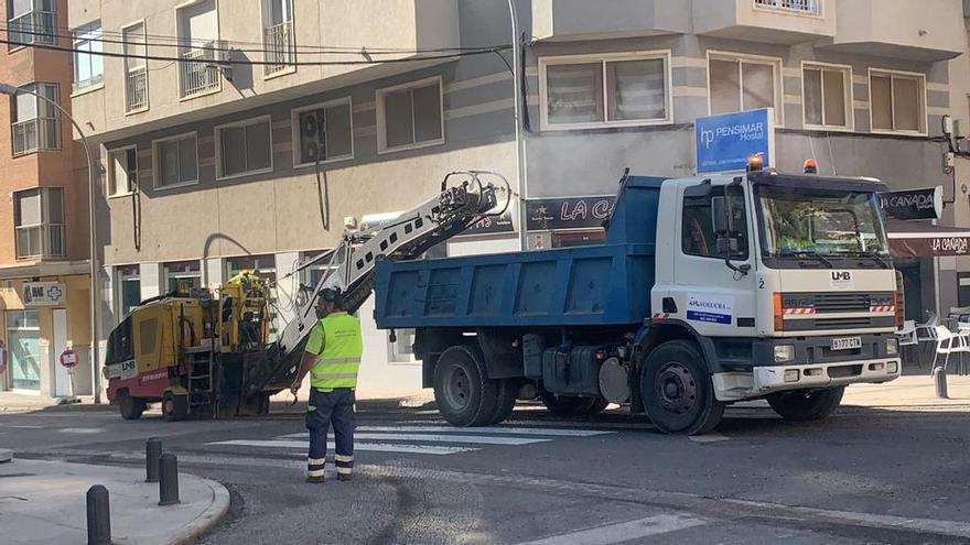 Obras de asfaltado en la principal avenida de El Altet
