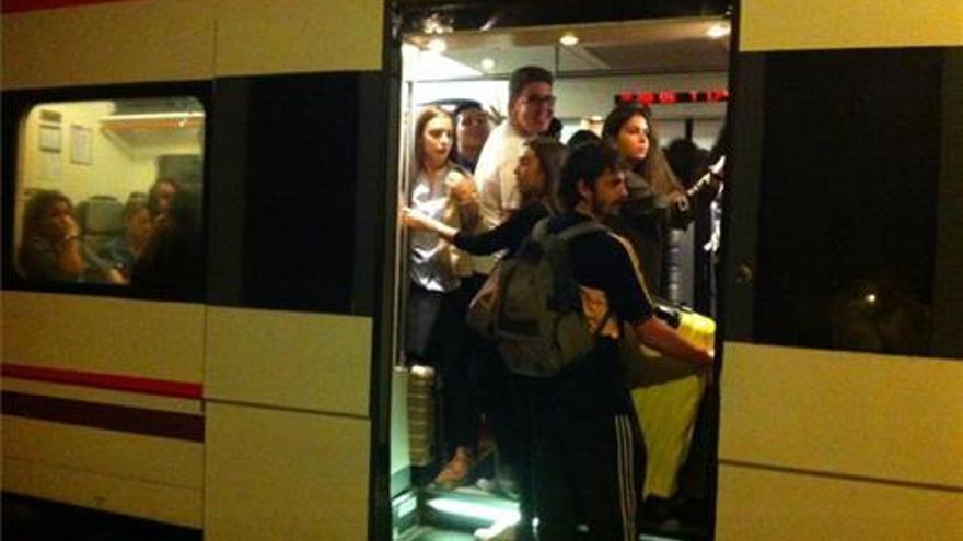 Alcaldes del Maestrat denuncian el colapso en el tren Regional a Valencia