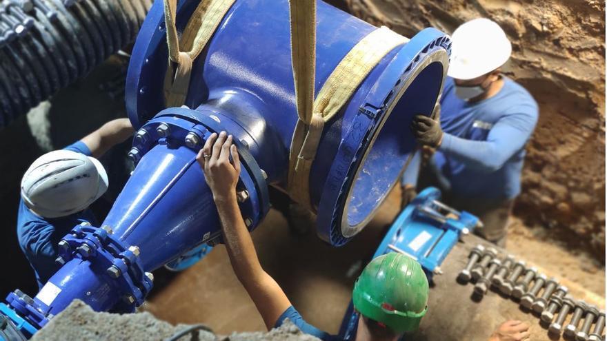 La Emshi instala de noche la toma de emergencia de agua potable en Benetússer