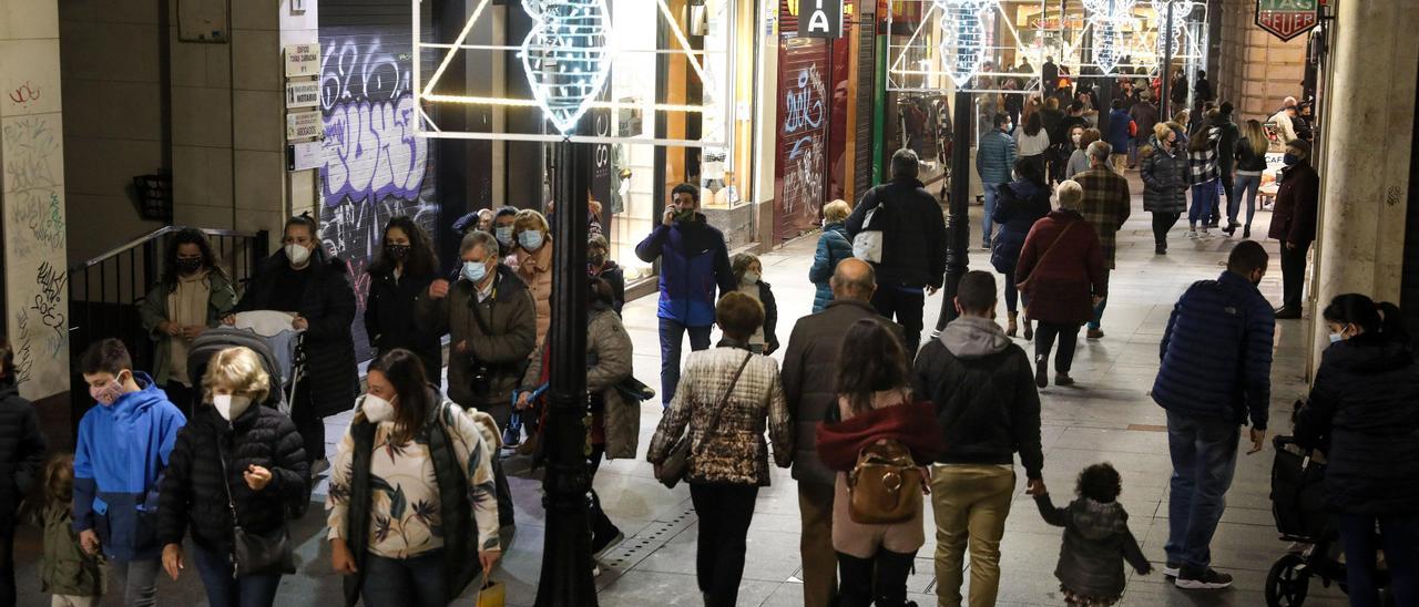El estreno de las luces de Navidad en Gijón ha provocado escenas de aglomeraciones de paseantes; en la imagen, vista de la céntrica calle Tomás y Valiente ayer.