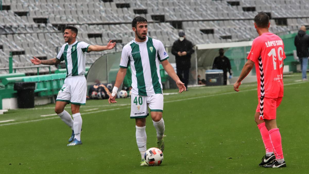 Carlos Puga, entre Álex Robles y López Silva, el pasado domingo, durante el partido del Córdoba CF contra el Tamaraceite.