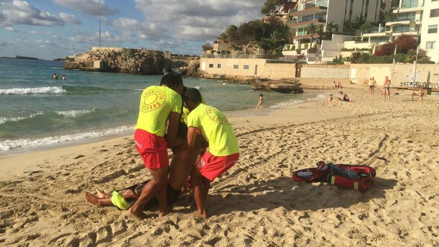 Simulacro de emergencia de los socorristas de Cala Major con el rescate de un bañista