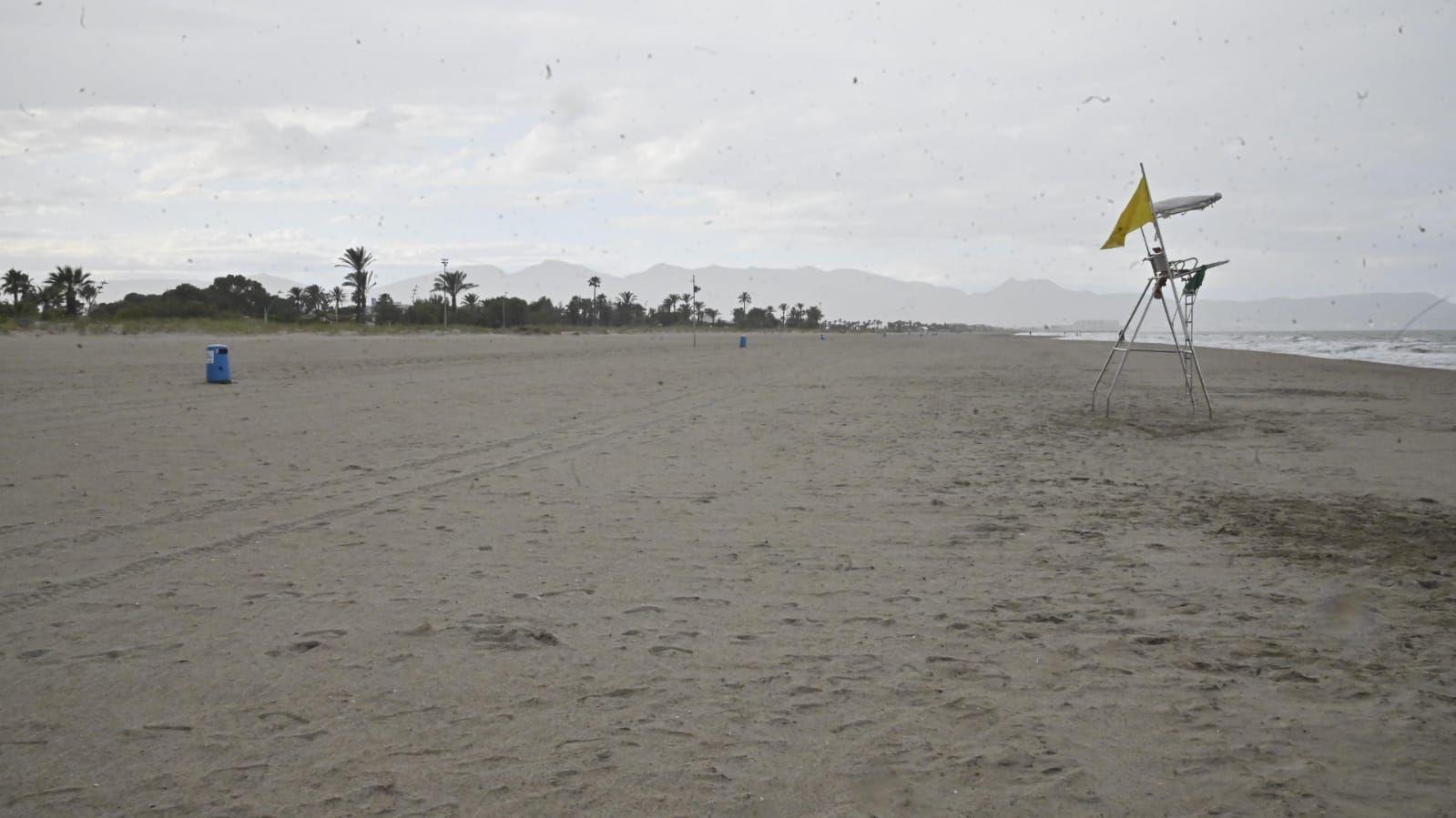 Imágenes de las playas de Castelló, cerradas para evitar aglomeraciones.