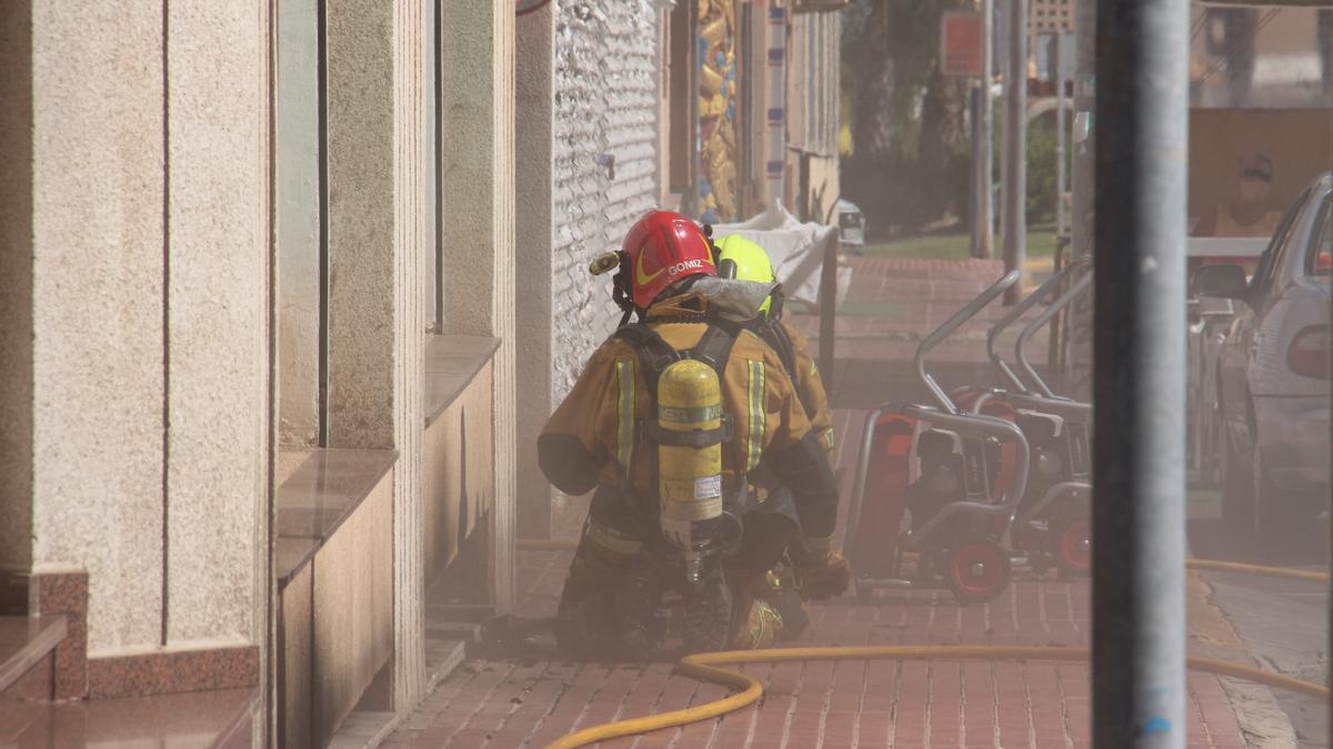 Los bomberos sofocan el incendio de un vehículo en la calle Cartagena de Guardamar del Segura