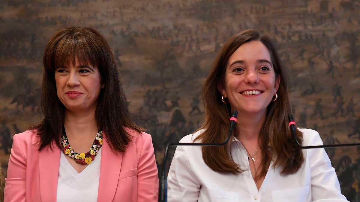 Eva Martínez Acón (izquierda) e Inés Rey, en una rueda de prensa en el Ayuntamiento.