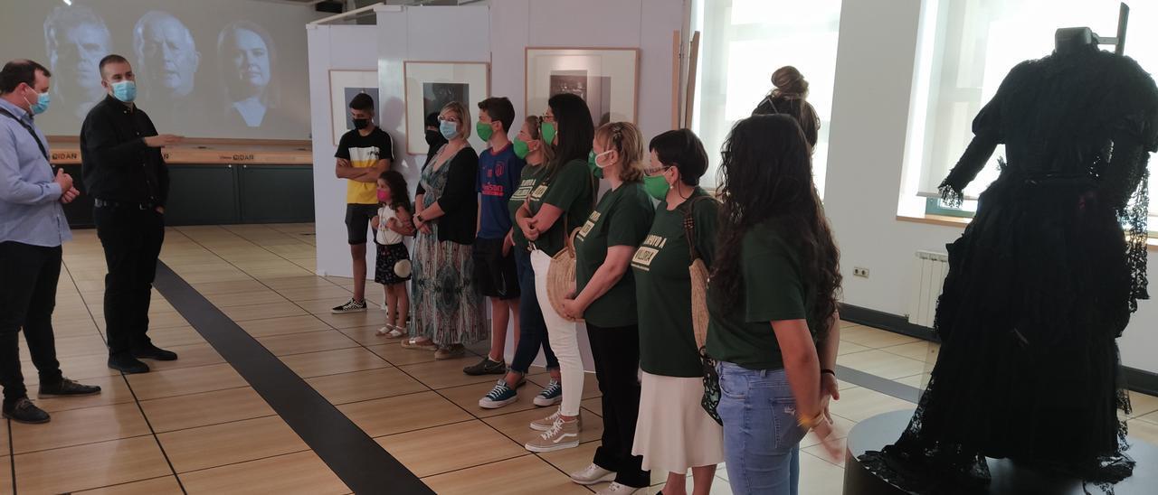 Asistentes a la inauguración de la exposición de Ricardo Villoria, ayer, en Laviana.