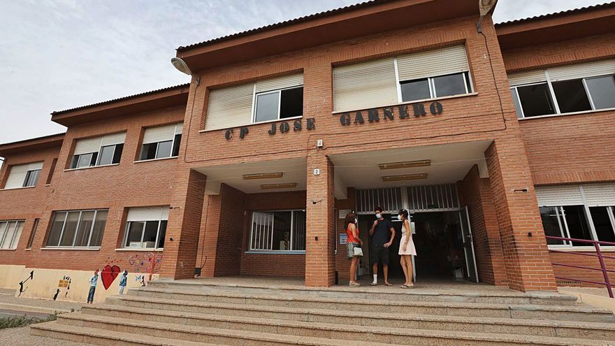 Empiezan a apuntalar dos de los tres colegios de Santa Pola que arrastran fallos estructurales