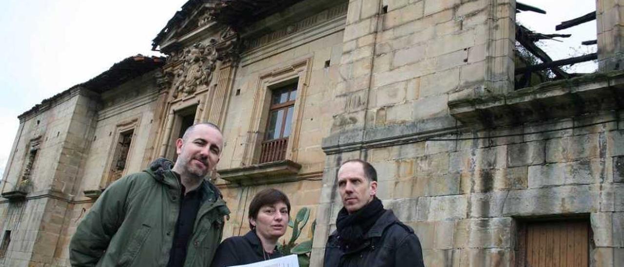 Por la izquierda, Jorge Alonso, Marta Rodríguez Bada y Enrique Blanco, ayer, delante de la Torre de Celles.