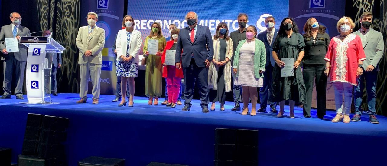 Foto de familia en el acto en el que se entregó el reconocimiento  al ADDA