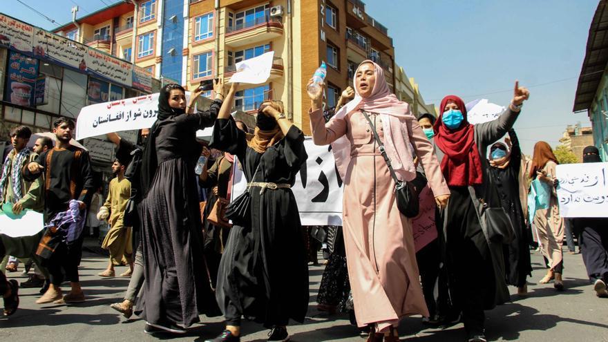 Los talibanes dispersan con fuego real una protesta de mujeres en Kabul