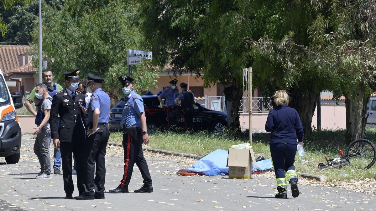 El hombre ha comenzado a disparar al anciano y ha alcanzo a los menores.