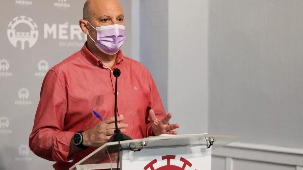 El delegado de Recursos Humanos, Julio César Fuster, esta mañana en rueda de prensa.