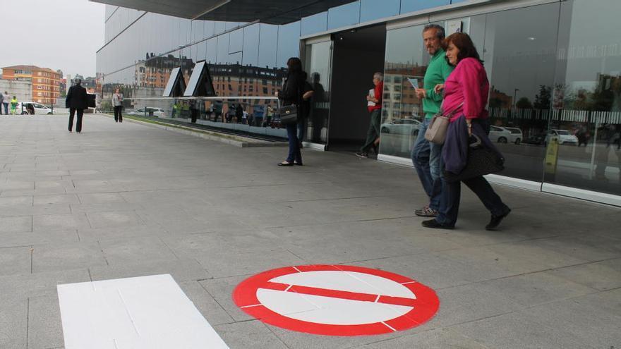 El HUCA intensifica las medidas antitabaco en su entorno