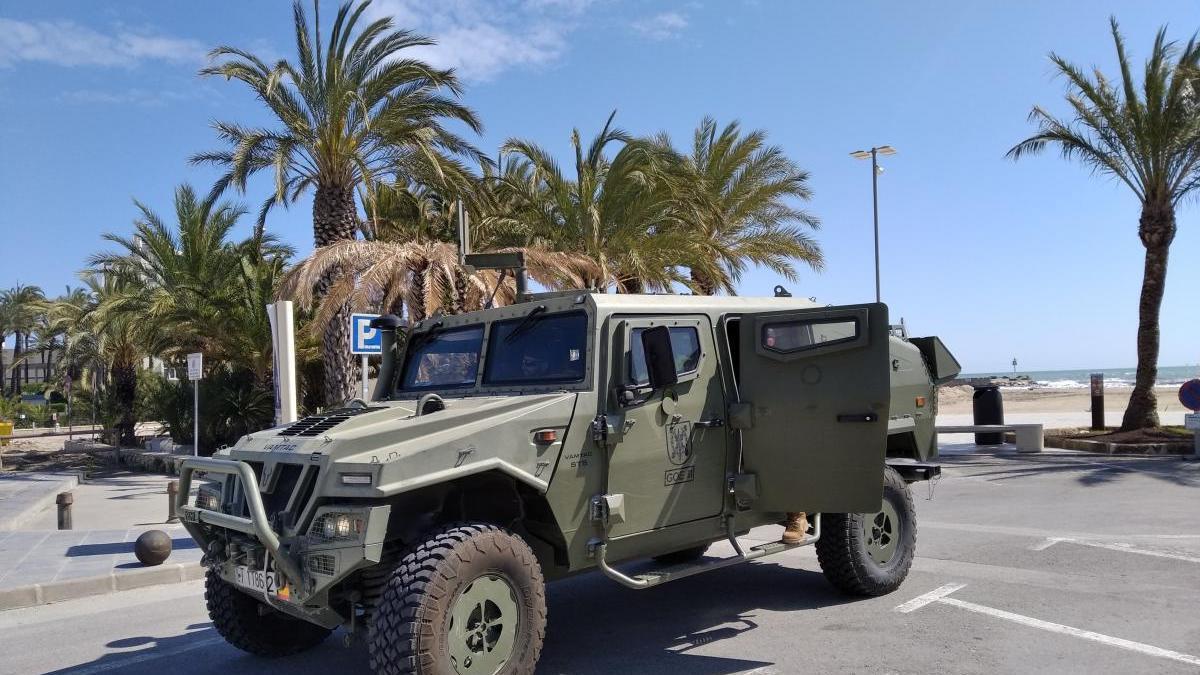 Un vehículo militar del GOE en la playa del Arenal de Xàbia