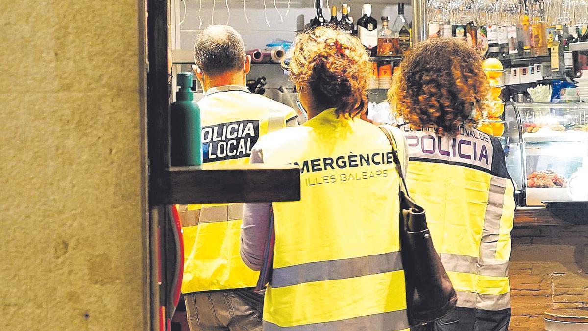 Operativo extraordinario integrado por efectivos de la Policía Local de Palma, de la Policía Nacional y por inspectores de la Comunitat Autónoma.