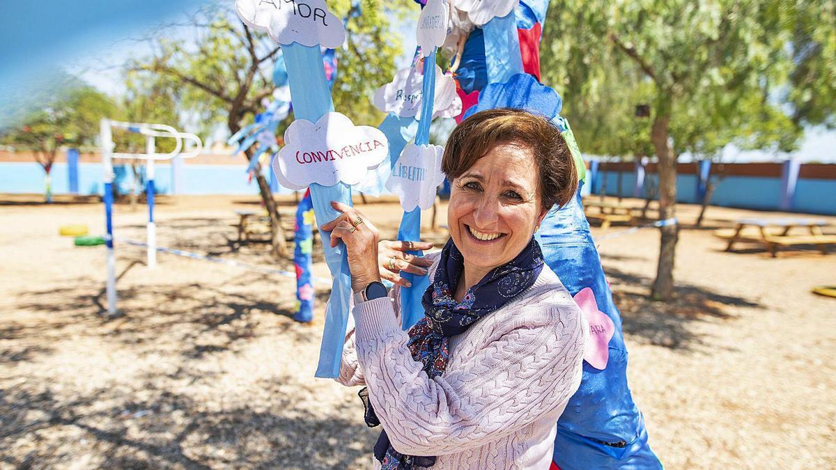 María Catalina García, en el  patio del colegio San Cristóbal  de Cartagena, ayer.  iván urquízar
