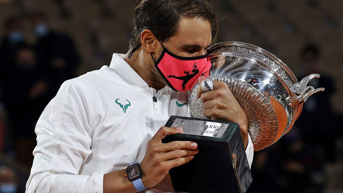 Nadal, con mascarilla, «muerde» la copa.  EFE/EPA/YOAN VALAT