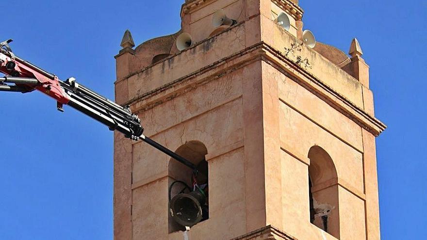 Las campanas se tocan con el móvil en Zarra