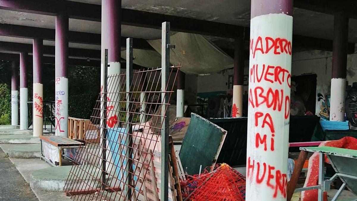 Sucesión de columnas con pintadas en los bajos de la estación de autobuses.