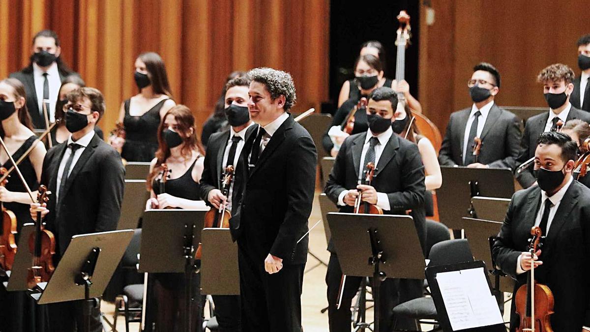 Dudamel, en el centro, rodeado de la Orquesta Encuentros, recibe los aplausos del público ovetense.   Miki López