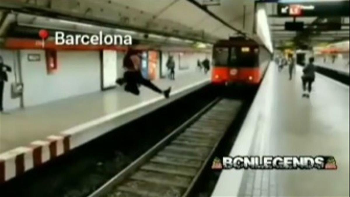 El salt temerari d'un jove al metro de Barcelona