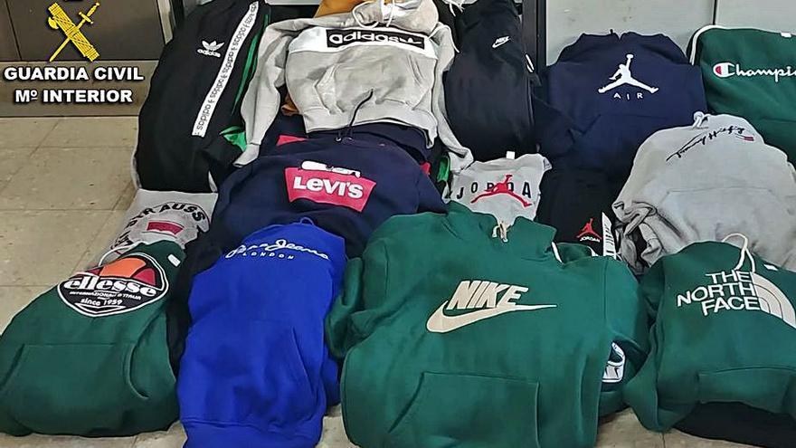 La Guardia Civil se incauta de más cien prendas falsificadas en el mercadillo