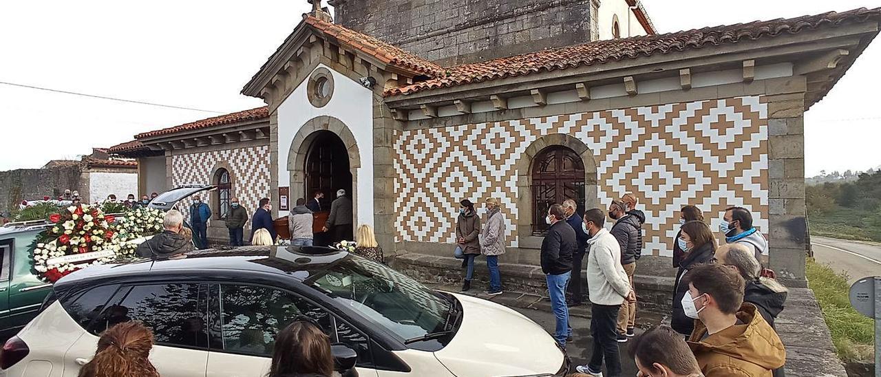 El féretro de Daniel Peón Carrera es introducido en la iglesia de San Esteban de Leces ante amigos y familiares. |  Eva San Román