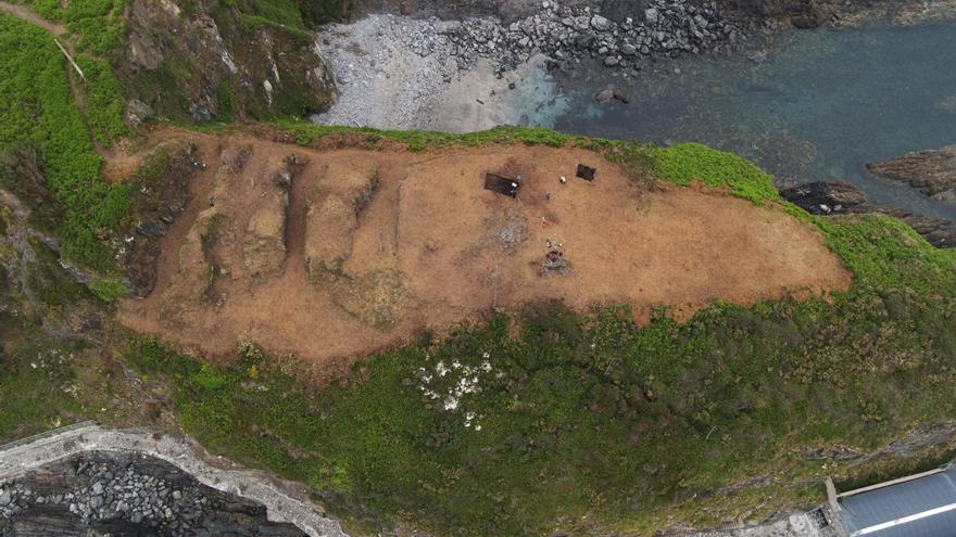 El CSIC saca a la luz los cuatro fosos defensivos imponentes de Peña Castiel (Luarca)
