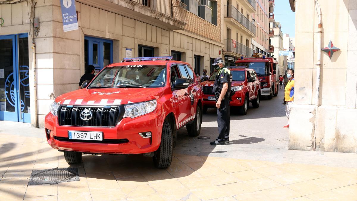 Tres vehicles dels bombers entrant a la plaça de la Vila de Vilanova i la Geltrú el 18 de juny de 2021.
