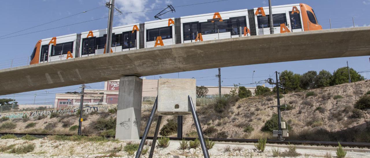 El cubo de hormigón forma parte de una intervención artística del curso Proyectos Arquitectónicos de la Universidad de Alicante y es perfectamente visible desde el TRAM.