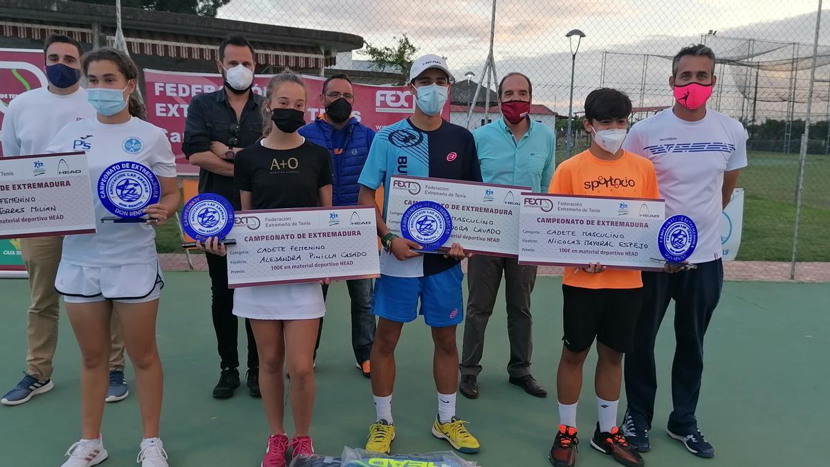 Ganadores y finalistas del regional junto a los organizadores.
