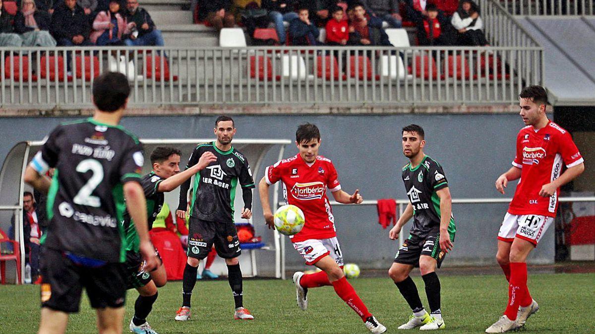El partido que se juega en el Municipal supone el regreso a la competición de ambos equipos.