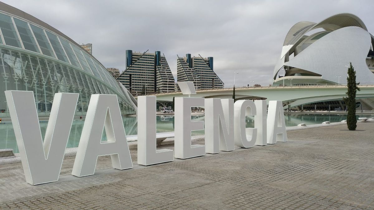 Letras corpóreas que reproducen el nombre de 'Valencia' frente al Hemisféric
