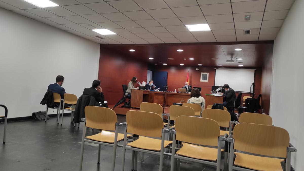 Un momento del juicio, ayer, con la sala casi vacía por las exigencias del coronavirus.