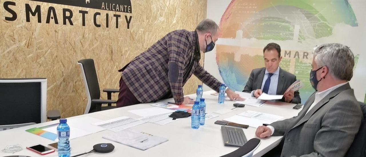 El concejal Antonio Peral, en el centro, en una de las reuniones de trabajo conectada con la Smart city