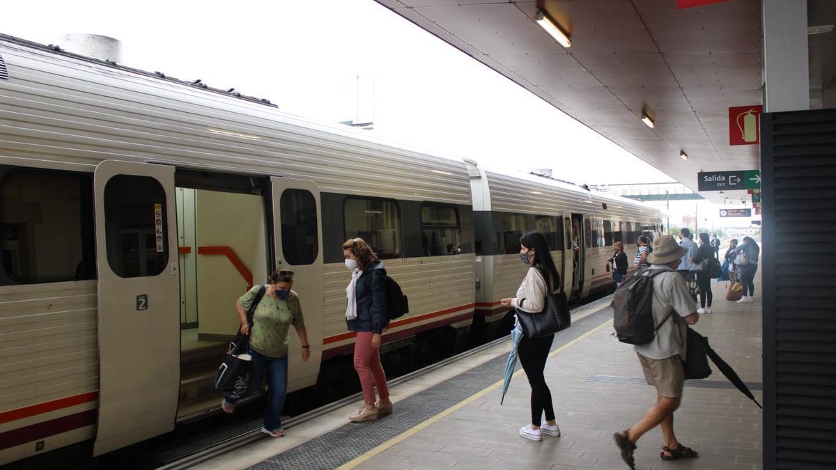 Tren regional de Puebla de Sanabria a Valladolid, en la estación de Zamora